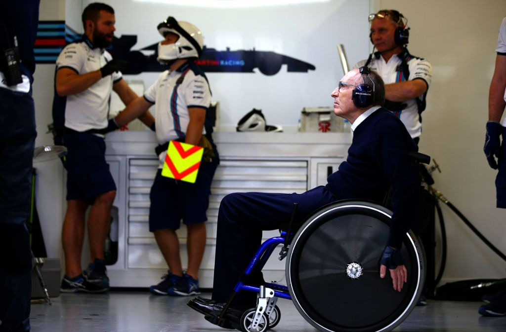 Hoch konzentriert: Sir Frank Williams in der Garage Foto: Getty