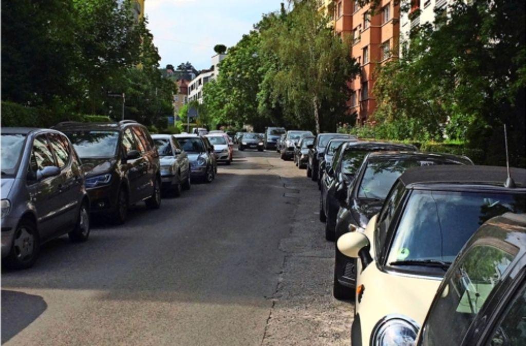 Engpass: zwischen den beiden Reihen parkender Autos bleibt wenig  Platz übrig. Foto: Fritzsche