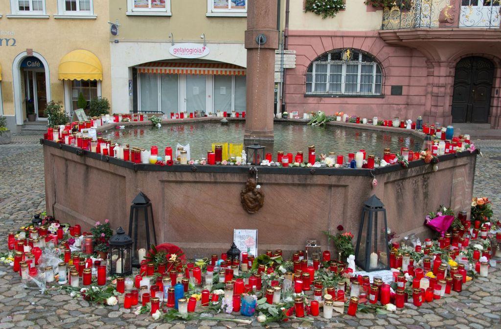 Nach der Tat im vergangenen November hatten die Menschen Kerzen und Gedenkbriefe in Endingen auf dem Stadtbrunnen niedergelegt. Foto: dpa