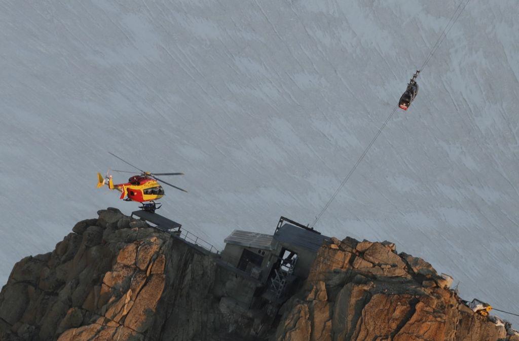 Ein französischer EC-135 Helikopter nahe den Gondeln, die unweit der Gipfelstation festhängen. Foto: ap