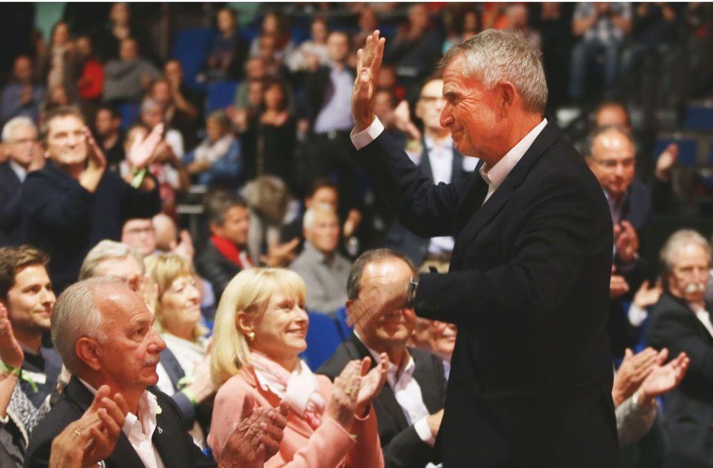 Der neue VfB-Chef Wolfgang Dietrich bedankt sich für seine Wahl. Foto: Baumann