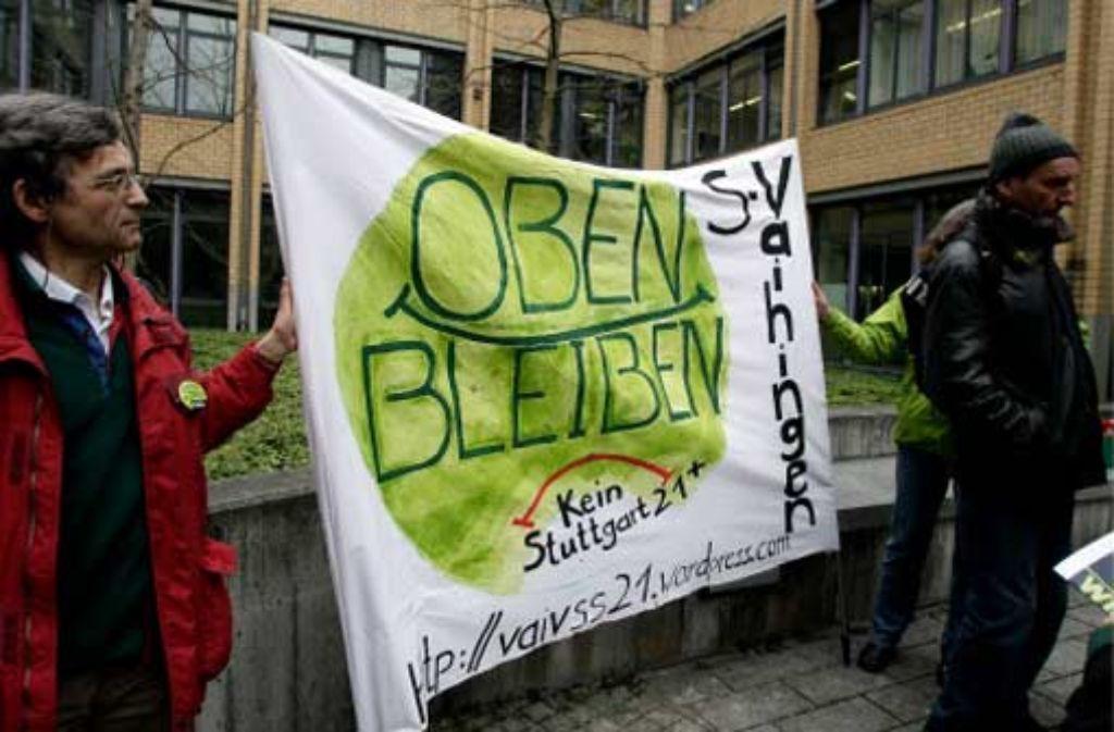 Die Kritiker von Stuttgart 21 haben vor dem Gerichtsgebäude auch schon Flagge gezeigt, als sich Demonstranten verantworten mussten. Foto: dapd