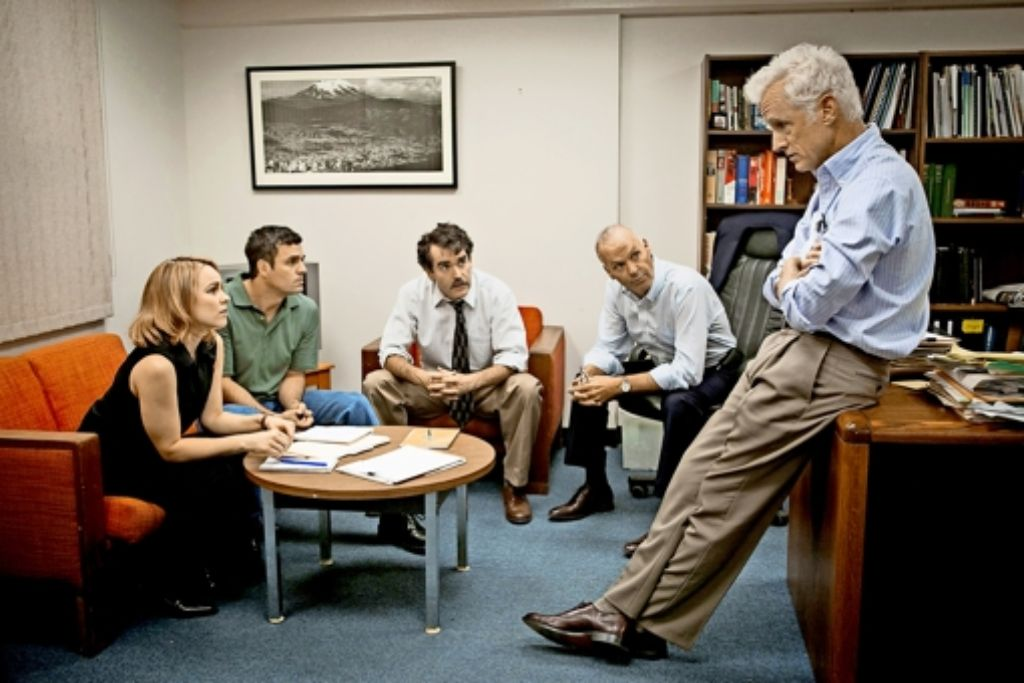 """Die Journalisten des """"Boston Globe"""" (von links:  Rachel McAdams, Mark Ruffalo, Brian d'Arcy James, Michael Keaton und  John Slattery) debattieren, ob sie sich an die Verbrechen der Priester  in ihrer Stadt wagen sollen Foto: Verleih"""