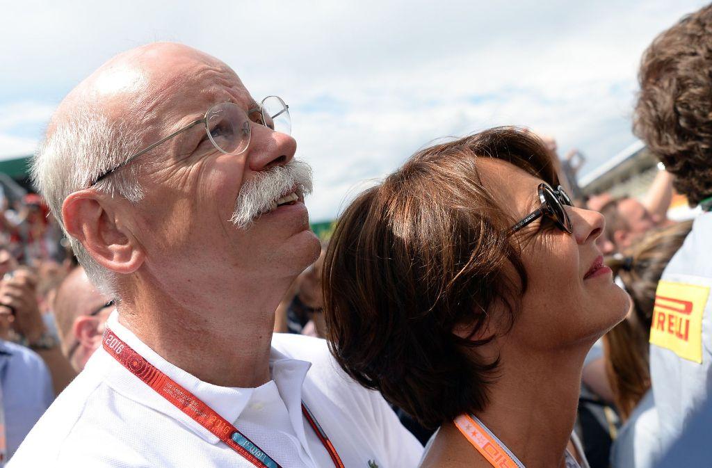 Dieter Zetsche (63), und seine damalige Freundin Anne beim Großen Preis von Deutschland auf dem Hockenheimring. Die beiden haben sich Ende Oktober das Ja-Wort gegeben. Foto: dpa