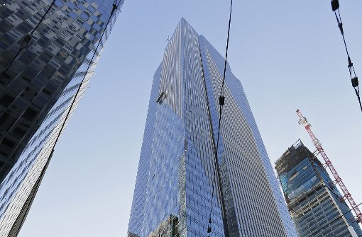 200-Meter-Turm kippt auf die Seite