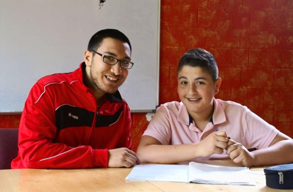 Der Student Vedat Sabanci (links) unterstützt den Werkrealschüler Pasa Böyük nicht nur beim Lernen. Foto: Rebecca Anna Fritzsche