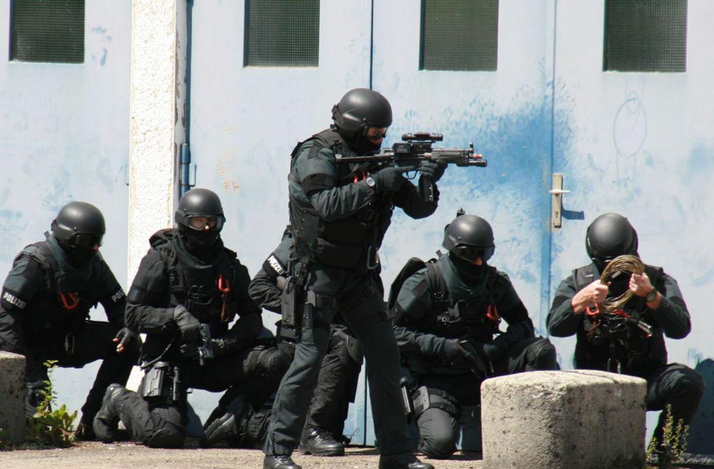 Am Mittwochmorgen wurden Wohnräume und Arbeitsplätze der Polizisten durchsucht. (Symbolbild) Foto: SEK