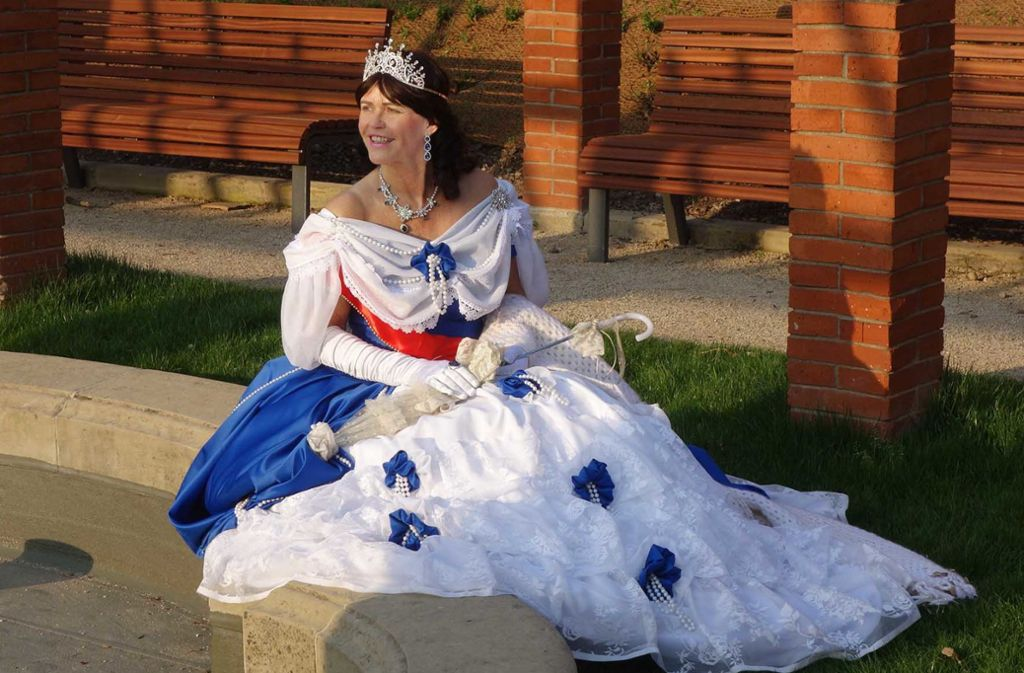 Petra Spindler in dem detailverliebt  nachempfundenen  Kleid der Königin  Olga Foto: Harald Frank