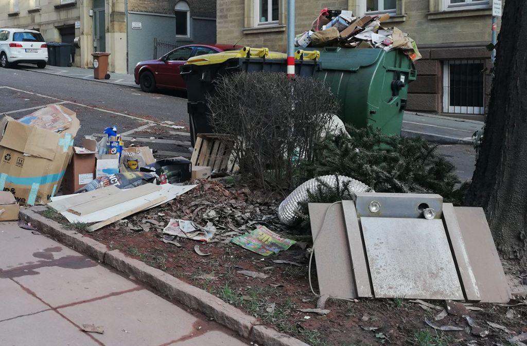 Papier- und Plastikmüll sowie Elektroschrott sammelte  sich  tagelang an der Einmündung der Nagelstraße in die Hohenheimer Straße. Nun hat die Stadt  den Müllberg beseitigt. Foto: Cedric Rehman