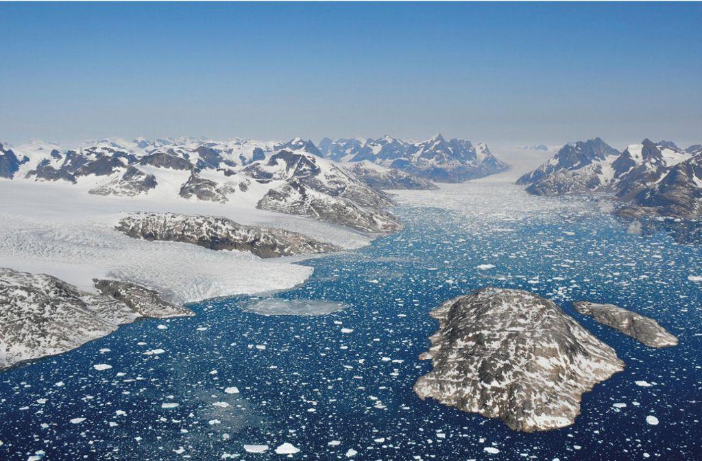 Auslaufende Gletscher kalben Eisberge in die Gewässer des Mogens Heinesen Fjords, Südwestgrönland. Der schmelzende Eisschild Grönlands hat den weltweiten Meeresspiegel seit 1992 bereits um 10,6 Millimeter steigen lassen. Foto: Benoit Lecavalier/dpa