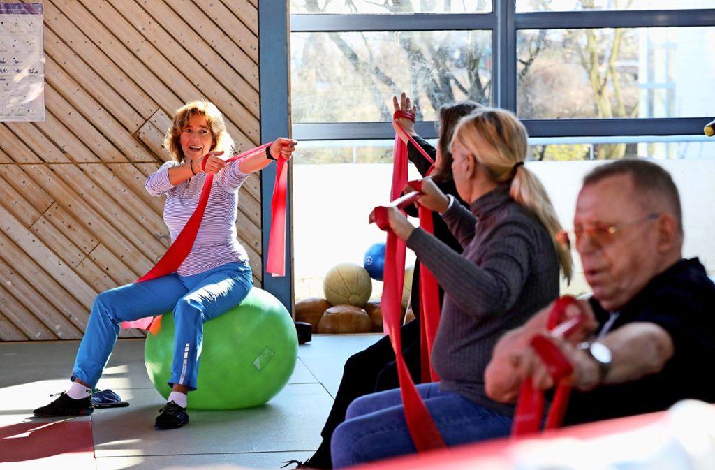 Gabriele Rybak (links) zeigt Übungen, mit denen die Brustmuskulatur gestärkt und gedehnt wird. Foto: Patricia Sigerist