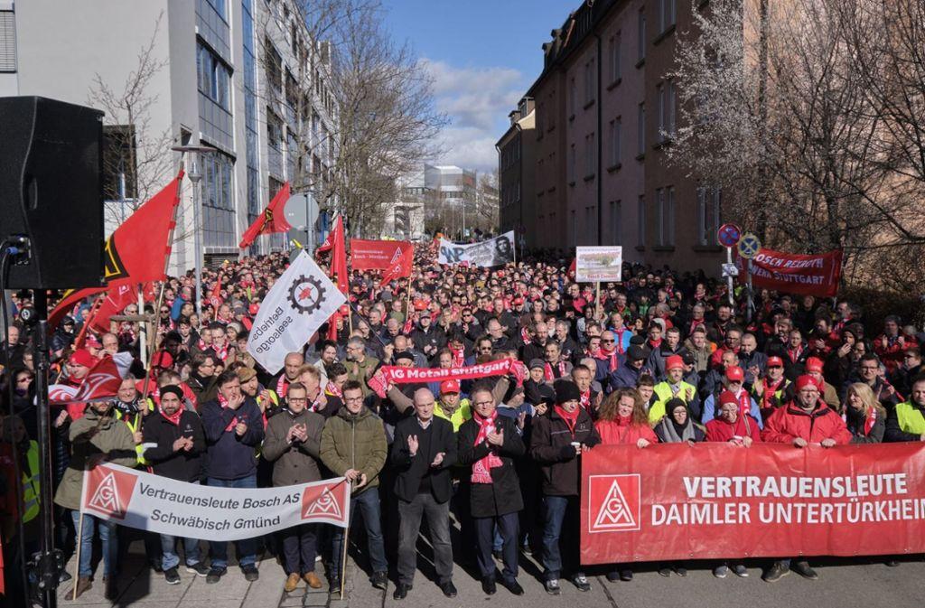 Tausende von Bosch- und Daimler-Mitarbeitern haben für ihre Jobs demonstriert. Foto: Joachim  Roettgers