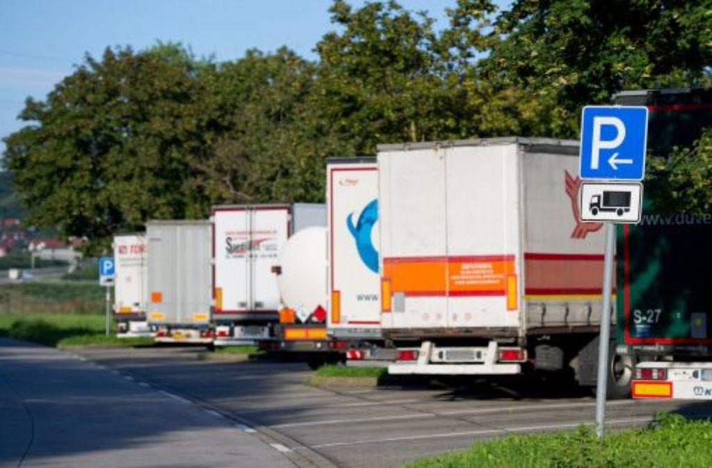 Lastwagen parken auf einem Rastplatz an der A8. Foto: dpa