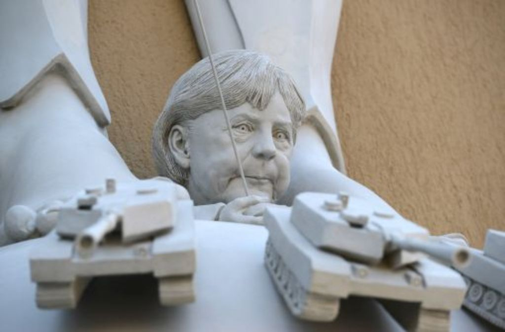 Die neue Skulptur zeigt unter anderem Angela Merkel. Foto: dpa