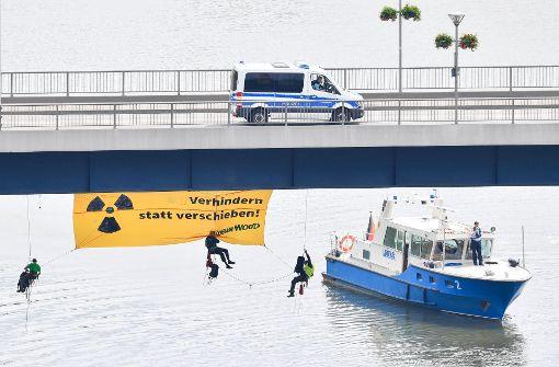 Der Castor-Transport auf dem Neckar ist vorübergehend gestoppt. Foto: dpa