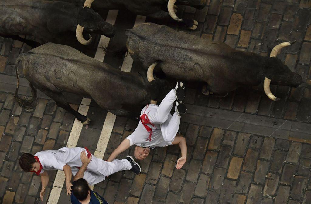 Stierläufe sind gefährlich: Immer wieder werden Teilnehmer vom Stier eingeholt, auf die Hörner genommen oder geraten unter die Hufe der Stiere. (Symbolbild) Foto: dpa