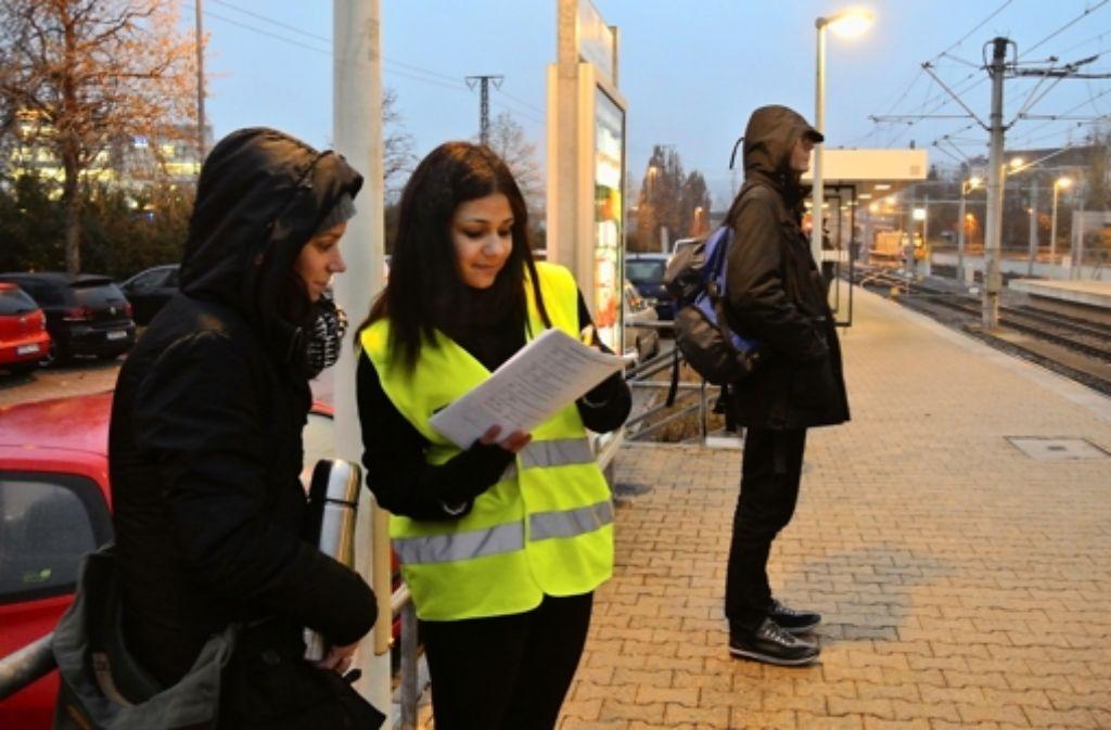 Alicia Klötzel (mit Weste) interviewt eine Passantin. Foto: Stefanie Käfferlein