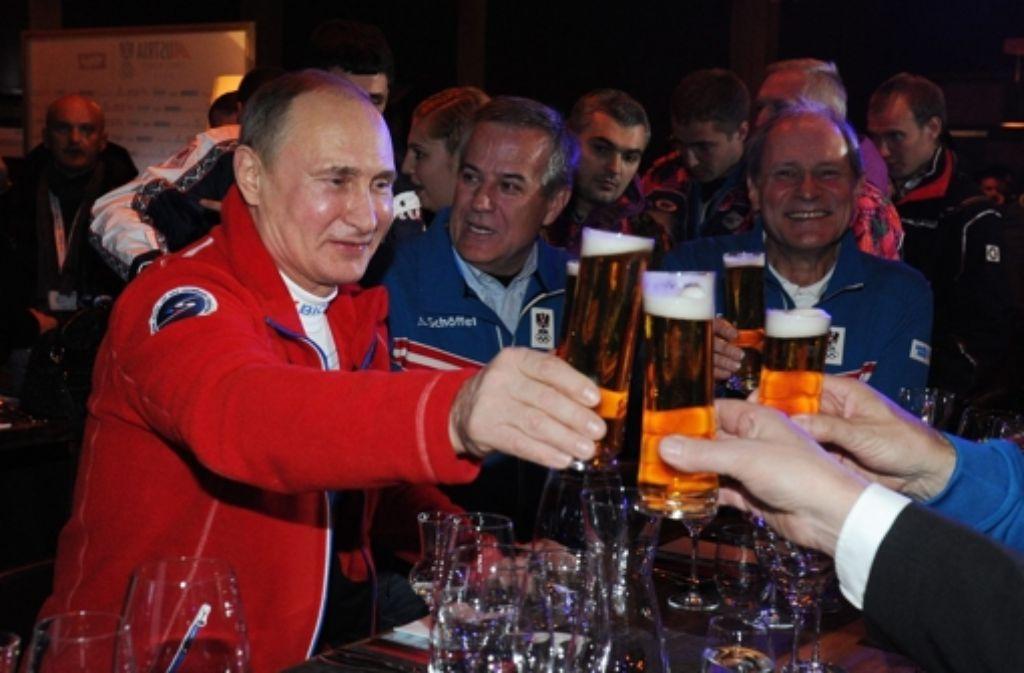 Ein Prosit der Gemütlichkeit: Olympische Stimmung erlebt der russische Präsident Wladimir Putin (links) im Österreicher-Haus. Foto: imago