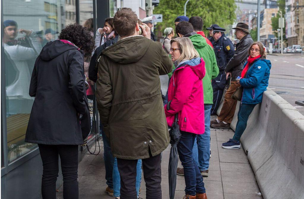 Wähler warten am Sonntag vor dem französischen Konsulat in Stuttgart Foto: Lichtgut/Julian Rettig