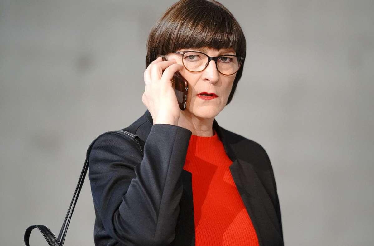 SPD-Chefin Saskia Esken und ihr meistgenutztes Werkzeug: das Handy. Foto: dpa/Michael Kappeler