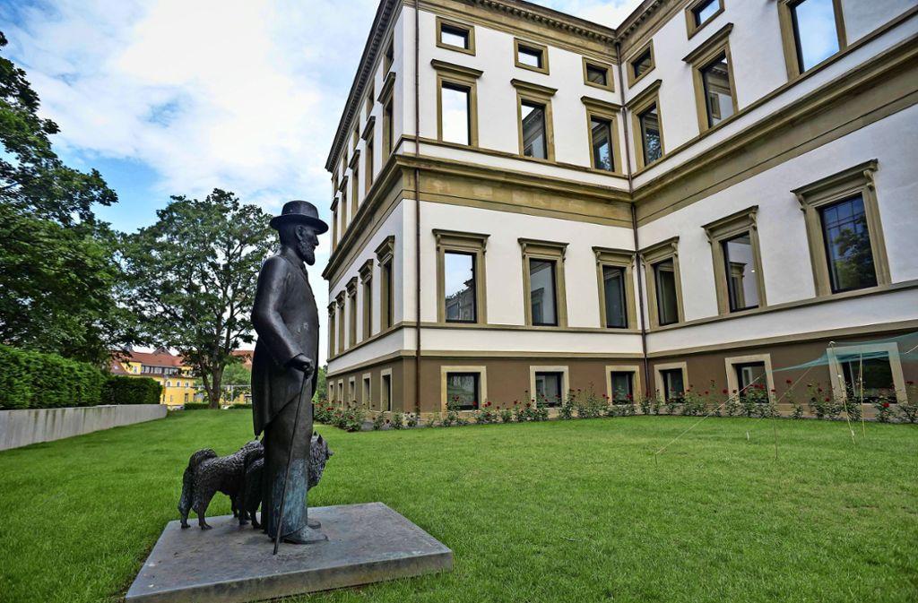 Die Statue zeigt den letzten König Württembergs mit seinen Hunden. Diese nahm der Monarch vor seinem Sturz 1918 gerne auf Spaziergänge durch Stuttgart mit. Foto: /Max Kovalenko