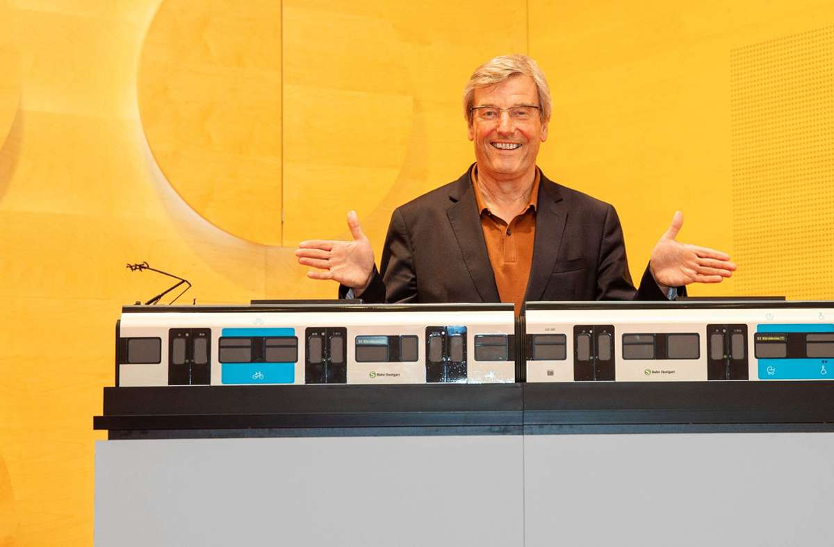 Regionalpräsident Thomas Bopp und ein Modell der neuen S-Bahn. Ende 2021 soll der erste richtige Zug fahren. Foto: Lichtgut/Piechowski