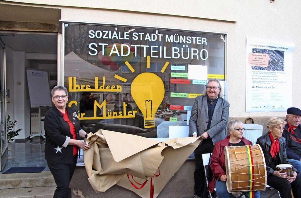 Bezirksvorsteherin Renate Polinski und Baubürgermeister Peter Pätzold eröffnen das Stadtteilbüro. Foto: Rehberger