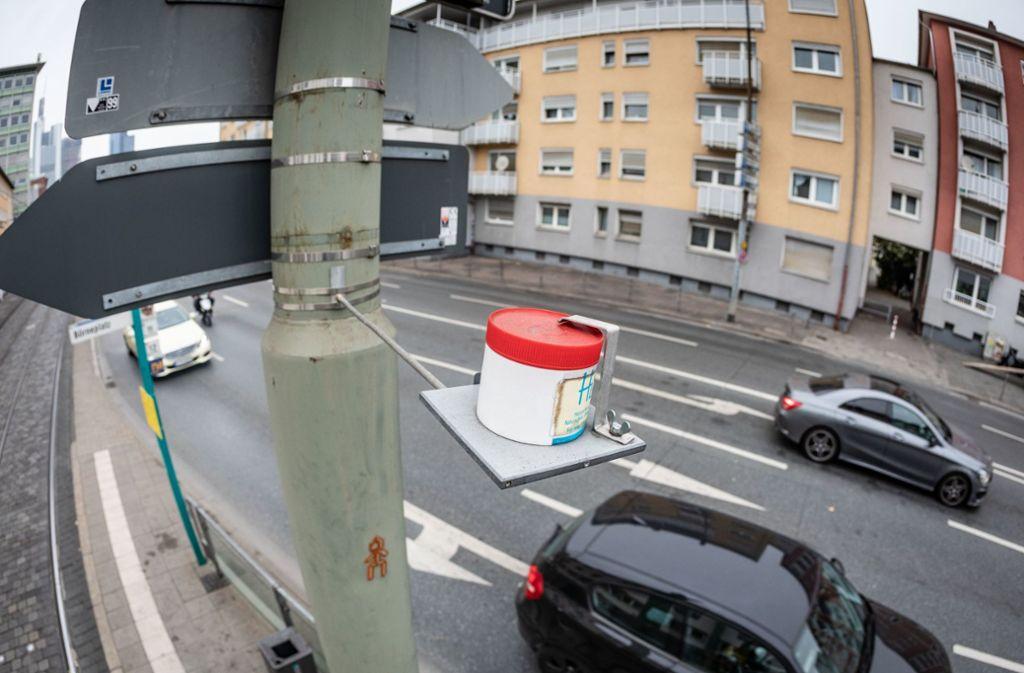 Stickoxid kann auch mit sogenannten Passivsammlern gemessen werden, so wie hier in Frankfurt. Foto: dpa