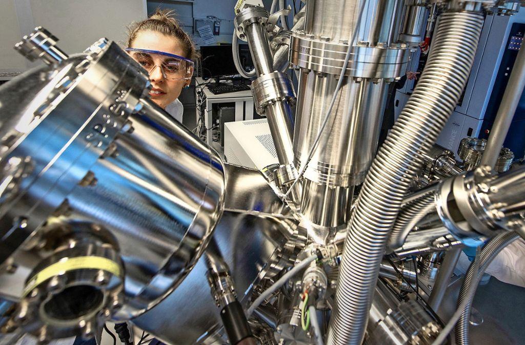 Am Helmholtz-Institut in Ulm untersuchen Forscherinnen Batterieelemente an einem Röntgenelektronen-Spektoskop. Foto: dpa