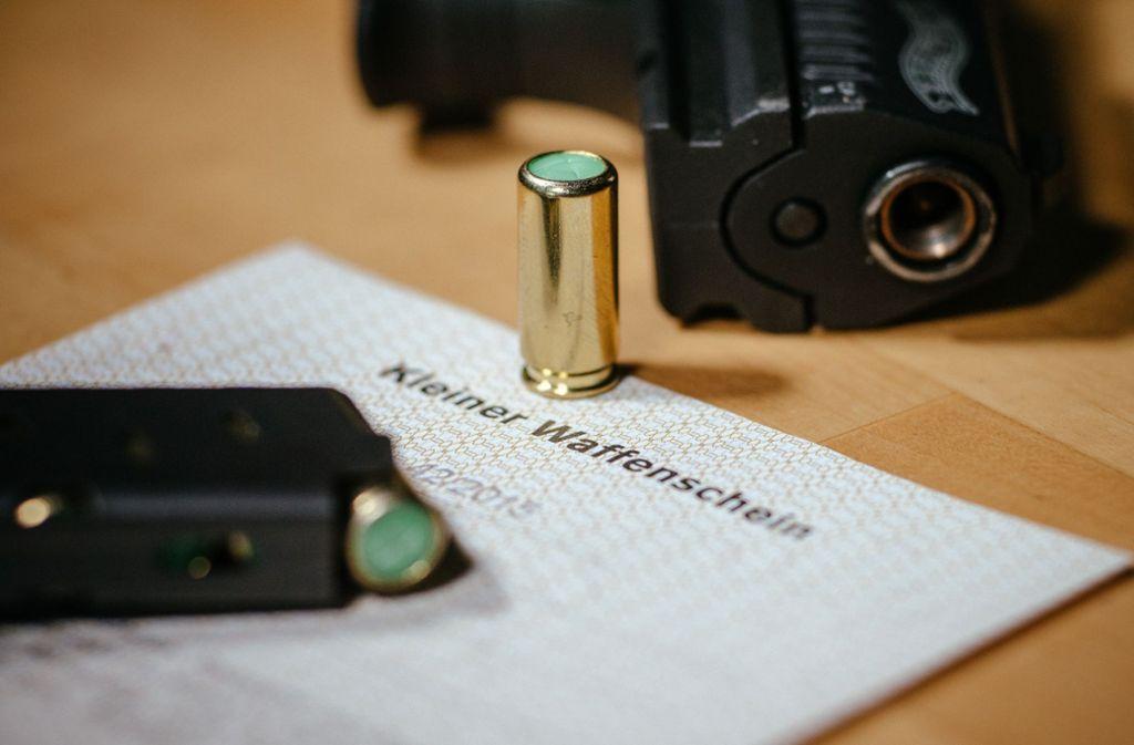 Das Bundesinnenministerium prüft, wie sie Rechtsextremen die Waffen entziehen kann. (Symbolbild) Foto: picture alliance/dpa/Oliver Killig