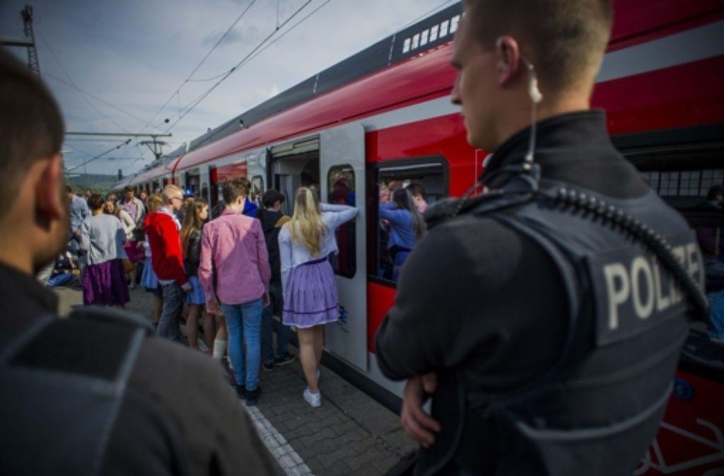 Bei der Rückfahrt vom Frühlingsfest steigt am Dienstagabend die Polizei mit in die S-Bahn ein, da schon in Bad Cannstatt jemand die Notbremse zieht. Foto: Lichtgut/Max Kovalenko