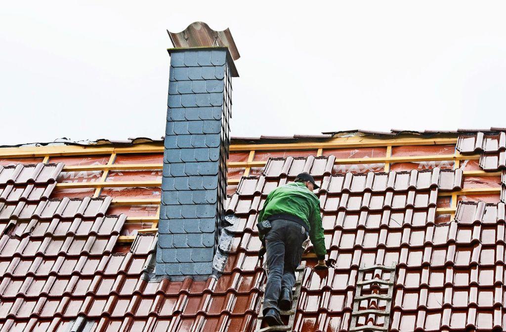 Viele Handwerksbetriebe – vor allem im Bauhauptgewerbe – arbeiten trotz Ferien den Sommer durch Foto: dpa