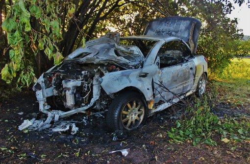 Auto von 20-Jährigem brennt komplett aus