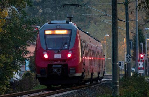 Zug überrollt schlafenden 15-Jährigen – Jugendlicher überlebt