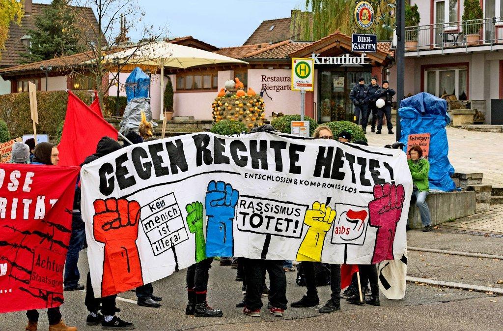 Linke Demonstranten haben sich vor  dem Hotel-Restaurant Krauthof versammelt. Foto: factum/Weise