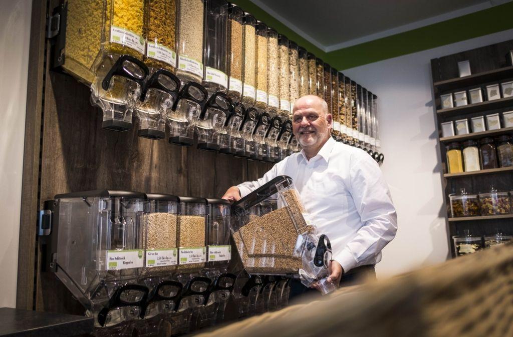 Jens-Peter Wedlich in seinem verpackungsfreien Laden an der Vogelsangstraße. Foto: Lichtgut/Max Kovalenko