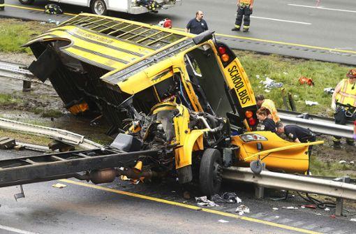 Mindestens zwei Tote bei Schulbus-Unglück