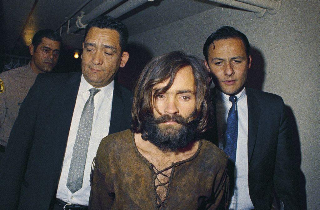 Der später wegen mehrfachen Mordes verurteilte  Charles Manson wird 1969 zur Anklageverlesung im Zusammenhang mit dem Mord an der Schauspielerin Sharon Tate und weiterer Personen gebracht. Als Sektenführer stiftete  Manson seine Anhänger zu einer brutalen Mordserie an. Foto: dpa