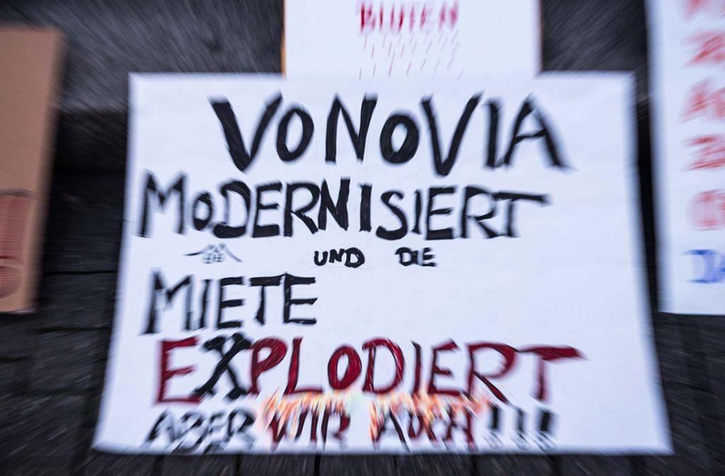 Transparente gegen steigende Mieten und Vonovia in Stuttgart. Ein breites Bündnis ruft jetzt zu einer Großdemo für bezahlbaren Wohnraum auf. Foto: Lichtgut/Max Kovalenko