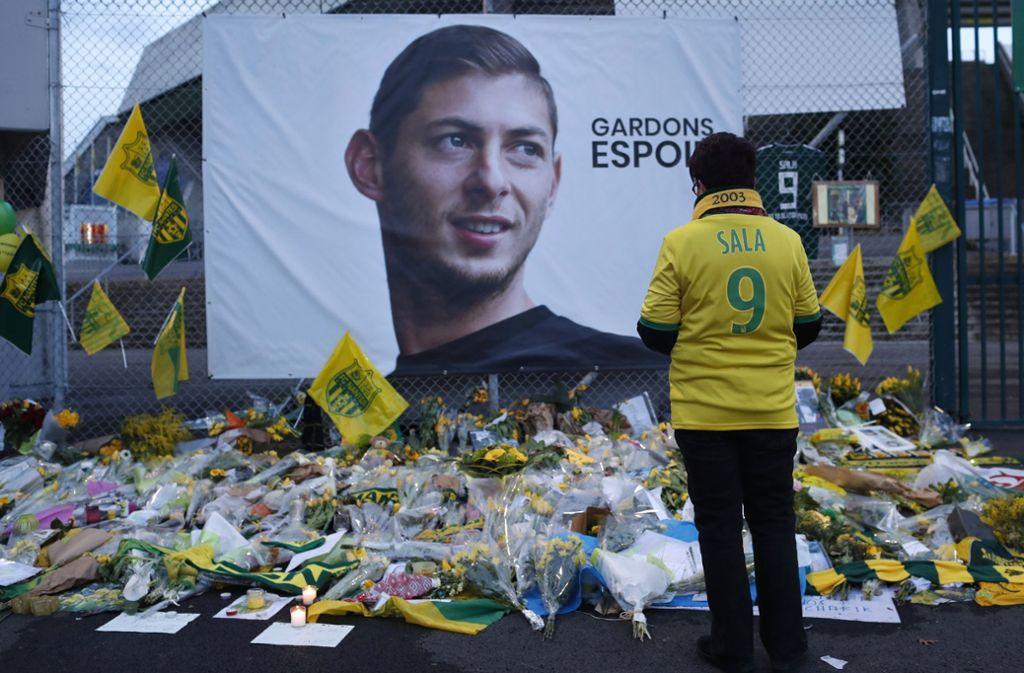 Am Fußballstadstion in Nantes gedenken Fans des tödlich verunglückten Fußballers. Foto: AP