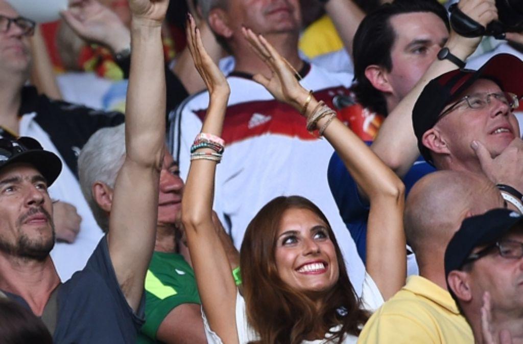 Cathy Fischer, die Freundin von Mats Hummels, hat sichtlich Spaß bei der Partie gegen Brasilien. Auch wenn Hummels kein Tor bei der 7:1-Gala vergönnt war. Foto: dpa