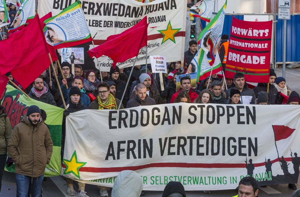 Mehrere hundert Kurden haben in Stuttgart gegen die türkischen Militärschläge in Afrin demonstriert. Foto: imago/Arnulf Hettich/stock&people