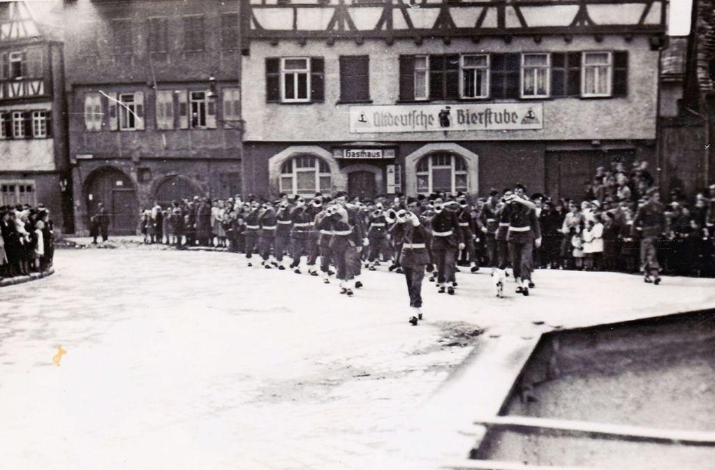 Die französischen Truppen marschieren am  Tag des Waffenstillstandes  im Mai 1945 feierlich auf dem Leonberger Marktplatz ein. Foto: Stadtarchiv Leonberg