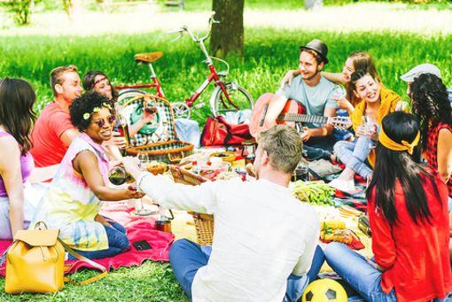 Gemeinsam radeln, gemeinsam genießen! Eine Tour im Spätsommer oder Herbst ist geradezu ideal für ein Picknick im Grünen.