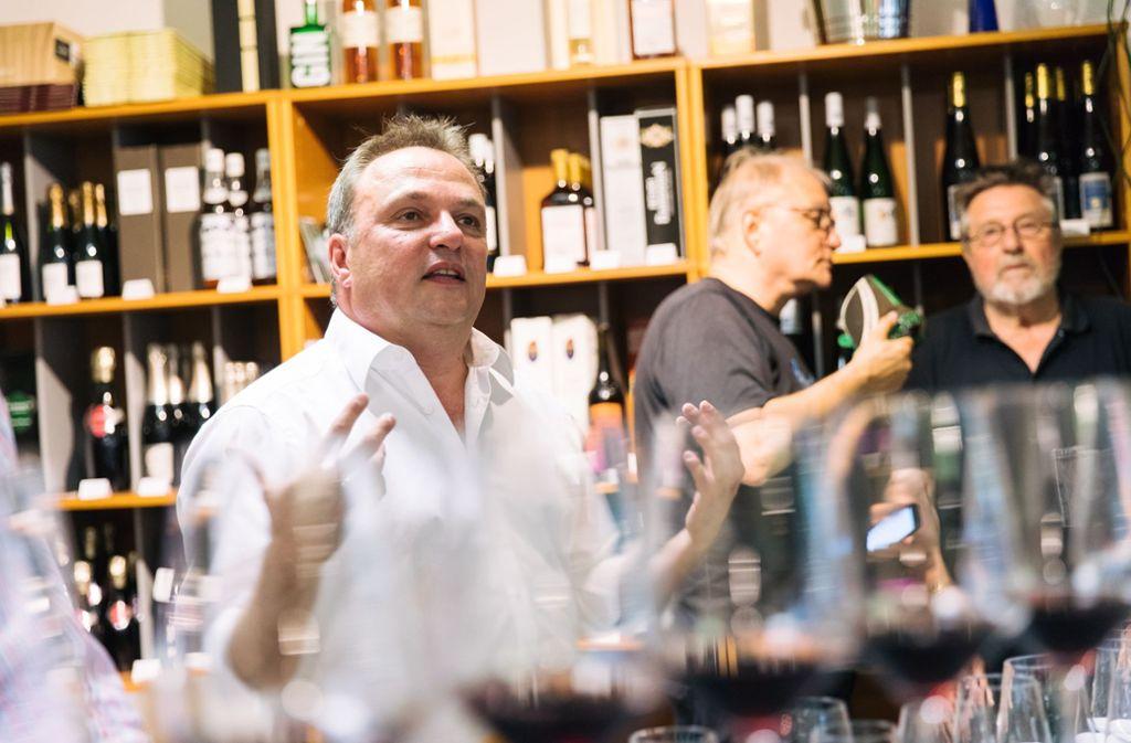 Holger Gayer mag Wein nicht nur, er spricht auch gerne darüber. Foto: Lichtgut/Verena Ecker