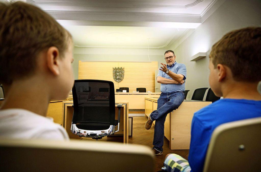 Der Direktor des Amtsgerichts, Michael Kirbach, erzählt den kleinen  Gästen, dass es manchmal ganz  schön schwierig ist, die Wahrheit herauszufinden. Foto: Gottfried Stoppel