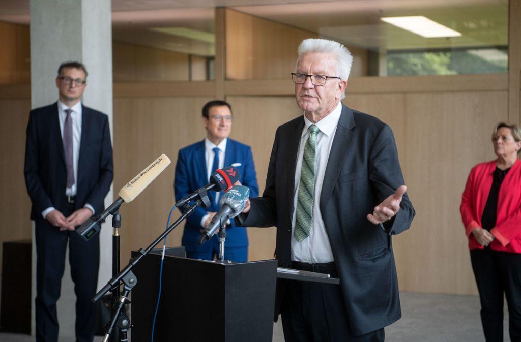 Winfried Kretschmann  gibt im Landtag ein Pressestatement zum Corona-Hilfspaket ab. Foto: dpa/Marijan Murat