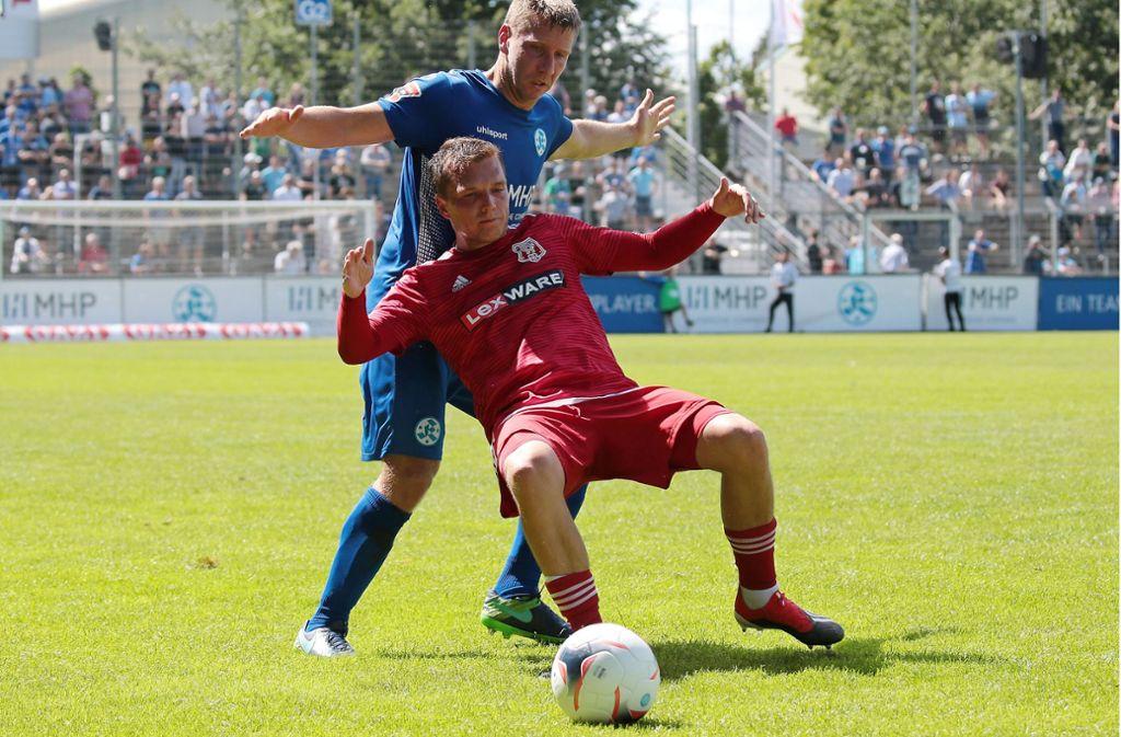 Patrick Auracher (hinten) gegen den Freiburger Mike Enderle: Im Hinspiel im Gazi-Stadion kamen die Stuttgarter Kickers trotz spielerisch starker Leistung nicht über ein 0:0 gegen Aufsteiger hinaus. Foto: Baumann
