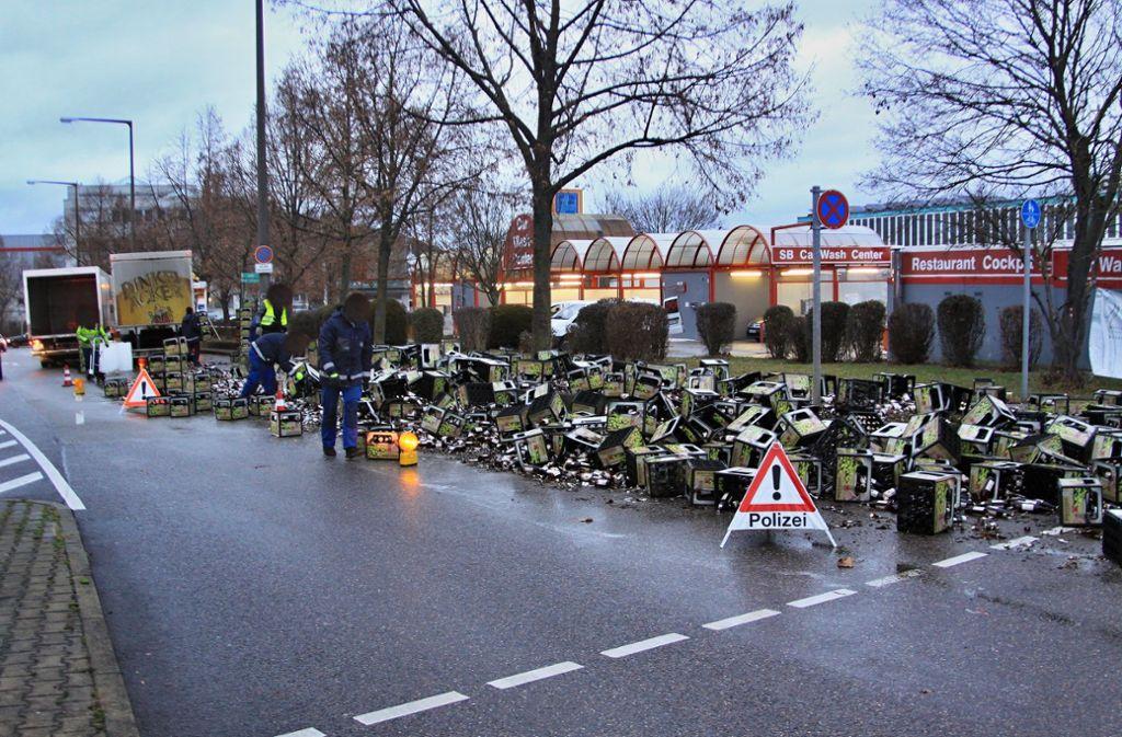 Der Fahrer verlor mehrere Kisten Bier. Foto: Andreas Rometsch