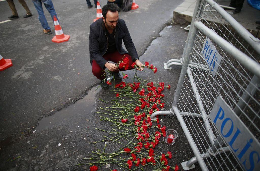 Vor dem Nachtclub legen Trauernde Blumen für die Opfer des Anschlags nieder. Foto: AP